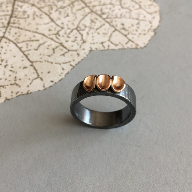 Ring, cluster wide 6 x 2, 3 pods, oxi/18ct red gold by Jenifer Wall